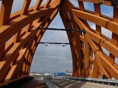В Нидерландах построили деревянный мост-шоссе с необычным дизайном