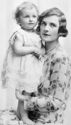Lady Edwina with her eldest daughter, Lady Patricia.  I think this is a very lovely mohter-daughter protrait.  Little Patricia is absolutely adorable!