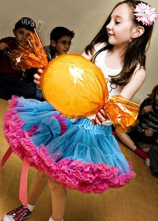 another decor idea - balloons wrapped in cellophane to look like huge candies Belle Moore Abadian Campbell Christmas Float Ideas, Lollipop Decorations, School Carnival Games, Diy Party Crafts, Party Central, Topiary Trees, Tea Party Birthday, Candy Party, Candyland