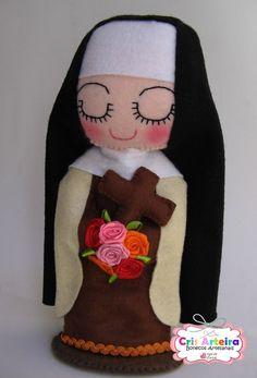 Santa Terezinha, confeccionada em feltro.