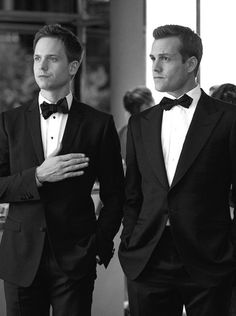 """""""Suits"""" centers on a fast-paced Manhattan corporate law firm led by legendary lawyer Harvey Specter (Gabriel Macht), his intelligent but delicate partner, Louis Litt (Rick Hoffman), and secretary-turned-COO Donna Paulsen (Sarah Rafferty). Trajes Harvey Specter, Harvey Specter Suits, Suits Harvey, Mike Harvey, Mike Suits, Serie Suits, Suits Tv Series, Series Movies, Gabriel Macht"""