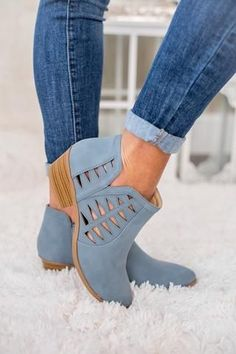 Blue boots and blue jeans - Boot Heels - Ideas of Boot Heels - These boots are super cute! And I love the way they look with blue jeans! Women's Shoes, Me Too Shoes, Strappy Shoes, Blue Shoes Outfit, Cute Shoes Boots, Low Heel Shoes, Golf Shoes, Platform Shoes, Dress Shoes