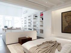 Monolocale stretto e lungo suddiviso con mobili