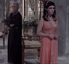 Cleopatra is listening carefully to Sisogenes advice http://mariaefmilliner.com/cleopatra-a-review-of-the-35-dresses-she-wears-on-the-movie/