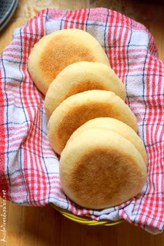 English muffins (ultra soft rolls) · On the palate Easy Cake Recipes, Sweet Recipes, Chocolate Tea Cake, Cinnamon Tea Cake, Tea Cake Cookies, Lemon Tea Cake, Afternoon Tea Cakes, Homemade Tea, Cooking Bread