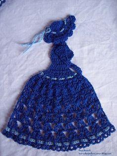 Une dame bleue pour vous remercier de votre fidélité .. ( 17 cm ) Pour la réaliser j'ai utilisé du coton mercerisé n° 10 et un crochet 1.50 Chapeau, bustier et bras sont en brides (B), mailles serrées (ms) et mailles en l'air (ma). La jupe crinoline est...