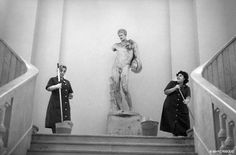 Museum of Prado, Madrid, 1988. Which of the two matrons will seduce the beautiful Apollo ?  © Mark Riboud