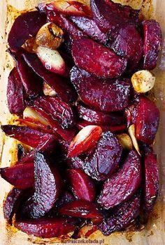 Podle Jamieho Olivera: recept_na_pečenou_červenou_řepu_s_česnekem_main Vegetable Dishes, Vegetable Recipes, Vegetarian Recipes, Cooking Recipes, Healthy Recipes, Four, Food Design, Tasty Dishes, I Foods