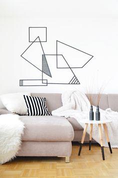 Eine Wand mit Washi Tape verzieren. Eine Idee für ein grafisches Muster gibts hier: https://bonnyundkleid.com/2016/01/do-it-yourself-washi-tape-wall/