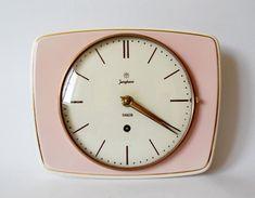 Reloj de pared vintage en rosa. Visto en Etsy