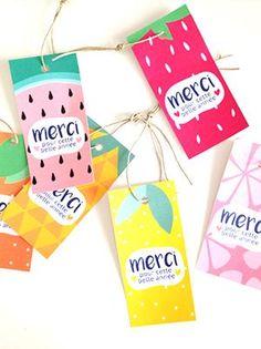 A la fin de l'année, les enfants offrent bien souvent un cadeau à la maîtresse. Décorez vos paquets cadeaux avec ces jolies étiquettes fruitées et colorées !
