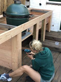 Big Green Egg Outdoor Kitchen, Outdoor Bbq Kitchen, Backyard Kitchen, Outdoor Kitchen Design, Kitchen Grill, Backyard Patio, Küchen Design, Patio Design, Outdoor Wood Projects