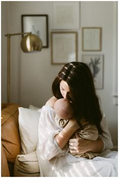 Posing Inspiration for Indoor family photoshoots lifestylenewbornphotography Newborn Pictures, Baby Pictures, Baby Photos, Family Photos, Family Portraits, Lifestyle Newborn Photography, Family Photography, Nature Photography, Newborn Fotografie
