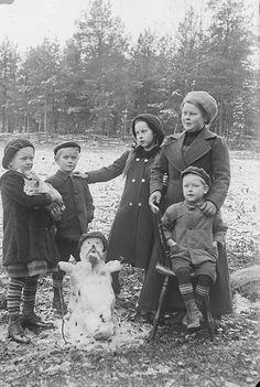 Valokuvaaja J. H. Ahon lapsia tätinsä kanssa Lehtimäen talon pihalla, Aho J. H., kuvaaja 1912 Museovirasto. Henkilöt vasemmalta: Eevi Aho, Eero Aho, Anna Aho, Lyydi Sulkava ja Esko
