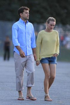 Joshua Jackson and Diane Kruger out in Vancouver, August 12th    Gosh but I love yellow sweaters.