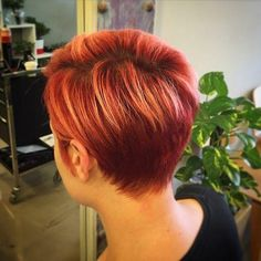 20 Edgy Ways to Jazz Up Your Short Hair with Highlights. Short red hairstyle with subtle copper highlights Pixie Cut Rot, Edgy Short Hair, Short . Pixie Cut With Highlights, Red Hair With Blonde Highlights, Red Blonde Hair, Dark Red Hair, Red Hair Color, Copper Highlights, Burgundy Hair, Curly Blonde, Edgy Short Hair