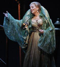 Imagen de http://operanut.net/wp-content/uploads/2011/09/Lucrezia_Review-09.jpg.