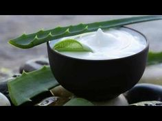 Aloe vera for skin, hair and weight loss: Aloe vera is one of the oldest plants known to provide many amazing benefits for skin, health, weight loss and more. Know the top 6 aloe vera benefits here. Crème Aloe Vera, Aloe Vera Creme, Aloe Vera For Hair, Home Remedies For Hives, Hives Remedies, How To Apply Lipstick, How To Apply Makeup, Best Beauty Tips, Beauty Hacks