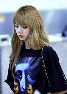 Lisa is beautiful like a doll 🌼 ♡ ♡ Kim Jennie, Blackpink Lisa, Kpop Girl Groups, Kpop Girls, Lisa Blackpink Wallpaper, Kim Jisoo, Black Pink Kpop, Blackpink Photos, Pictures