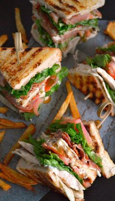 Sandwich Club or Clubhouse Sandwich - Бутерброды - Sandwiches Clubhouse Sandwich, Healthy Dinner Recipes, Cooking Recipes, Delicious Sandwiches, Deli Sandwiches, Sandwich Recipes, Dinner Sandwiches, Breakfast Sandwiches, Grill Sandwich