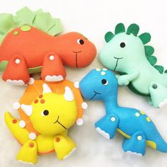 Die Dinos Baby, Baby Dinosaurs, Dinosaur Toys, Dinosaur Party, Felt Patterns, Stuffed Toys Patterns, Felt Crafts Diy, Crafts For Kids, Dinosaur Pattern