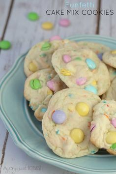 Funfetti Cake Mix Cookies is one of my favourites, I just love the spring 'Eastery' look and the moist cake-like taste. This is one amazing cookie, guys! Funfetti Cake Mix Cookies, Cake Mix Cookie Recipes, Holiday Cookie Recipes, Dessert Recipes, Cake Recipes, Easy Desserts, Cupcakes, Cute Easter Desserts, Easter Recipes