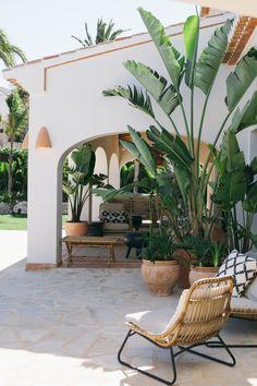 exterior patio home Casa Patio, Backyard Patio, Tropical Backyard Landscaping, Outdoor Rooms, Outdoor Living, Outdoor Decor, Exterior Design, Interior And Exterior, Jardin Luxuriant