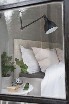 Genom att bädda med olika färger och nyanser på sänglinnet till exempel kan man skapa förändring även med enfärgade produkter Här ser ni hur jag mixat och matchat olika lakan, örngott och påslakan.