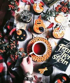 Here is a list of craft products and tools you might wish to have on hand for doing Halloween decoration. Décoration Table Halloween, Halloween Chic, Photo Halloween, Holidays Halloween, Halloween Treats, Happy Halloween, Halloween Decorations, Halloween Cupcakes, Halloween Inspo