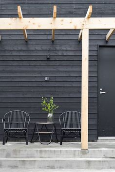 -trends We Love: Dark Exterior colors black exterior with black door and wood trellis Black Exterior, Exterior Colors, Exterior Paint, Exterior Design, Interior And Exterior, Modern Exterior, Cottage Exterior, Interior Office, Outdoor Spaces