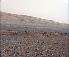 Marte, a colori - La foto è il frutto di uno dei test condotti con l'ottica fotografica da 34 millimetri di Curiosity. Risale al 23 agosto e mostra ciò che si trova a sud-sudovest del punto di atterraggio del rover. Il limite più in alto all'orizzonte dista circa 16 chilometri dal punto in cui è stata scattata la foto. foto: NASA
