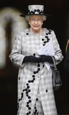 She wears it well: Queen Elizabeth II Hm The Queen, Her Majesty The Queen, Save The Queen, Queen Of England, Queen Mother, Fashion Gallery, Queen Elizabeth Ii, Royal Fashion, Colorful Fashion