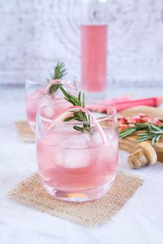 Delicious home made rhubarb and ginger gin. Enjoy this fruity rhubarb and ginger gin on its own, or mixed as a long drink. A deliciously different tipple that's easy to make and easier to enjoy. Refreshing Cocktails, Summer Cocktails, Pink Gin Cocktails, Rhubarb And Ginger Gin, Rhubarb Gin And Tonic, O Gin, Gin Fizz, Gin Recipes, Gin Cocktail Recipes