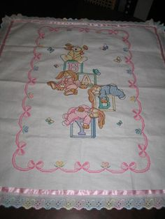 manta de coelhos Hobbies And Crafts, Diy And Crafts, Baby Embroidery, Baby Quilts, Bed Sheets, Baby Items, Cross Stitch, Blanket, Hamsa