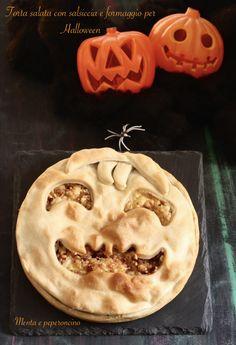 Torta salata con salsiccia e formaggio per Halloween #HL2019 #halloween #ricetta #recipe #tortarustica #rustico #food #dolcettoscherzetto #festa #bambini Halloween 2020, Biscotti, Tarts, Cookies, Desserts, Recipes, Food, Kitchens, Mince Pies