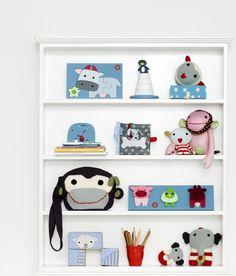 Een wandkast vol vrolijke knuffelbeesten en speelgoed #frankfischer #kidsroom