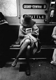 Знаете, что такое настоящий стиль? А вот он Метро, широкополая шляпа, книга, девушка.