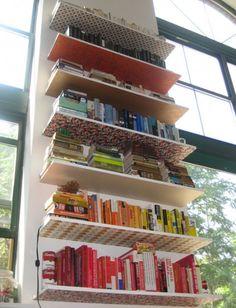Cute DIY Bookshelves Avec de la tapisserie en dessous des tablettes !