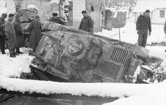 1941 Jugoslawien.- Von verschneiter Straße abgekommener, umgekippter erbeuteter französischer Panzer Hotchkiss H-39 im Winter