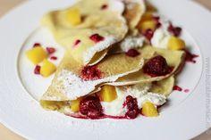 bucatar maniac: Clatite perfecte cu nuca de cocos, iaurt si fructe -reteta video