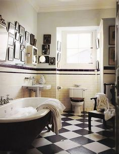 Vintage Bathroom With black white tiles Victorian Bathroom, Vintage Bathrooms, Vintage Bathroom Decor, Bad Inspiration, Bathroom Inspiration, Black White Bathrooms, Bathroom Black, Classic Bathroom, Black Tub