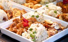 Picadinho de frango enfeitado com pimenta biquinho, chips de banana e arroz maluco: pronto para qualquer prova de resistência