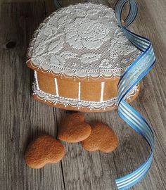 Gingerbread lidded heart box embellished in needlepoint lace by Pernikowe Serca, posted on Cookie Connection Edible Cookies, Easter Cookies, Fun Cookies, Gingerbread Man, Gingerbread Cookies, Royal Icing Sugar, Baking Muffins, Cookie Box, Flower Cookies