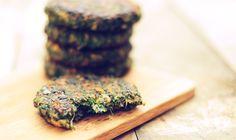 Heerlijke vegetarische burger van spinazie. Deze groenteburger is makkelijk te maken en heel erg gezond. Deze vegetarische burger is een prima vleesvervange