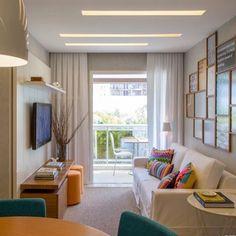 A sala é pequena mas as inspirações são muitas...  #paredegaleria #puffs #assentosextras #iluminação Adoramos! {Projeto: Gisele Taranto}