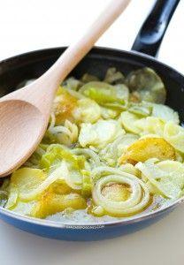 Patatas a lo pobre. Las patatas a lo pobre son una receta muy típica de la gastronomía española, están riquísimas y solo necesitas 6 ingredientes para prepararlo   danzadefogones.com #danzadefogones