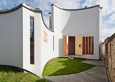 House designed for a pianist featuring fluted outer walls.