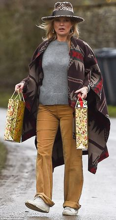 The Croydon-born beauty, was effortlessly stylish in a Navajo-inspired cape and animal print fedora as she dropped a number of gifts to friends during a wintry dog walk. Moss Fashion, Kate Moss Style, Queen Kate, Mature Fashion, Models Off Duty, Winter Fashion, Casual, Street Style, Fashion Outfits