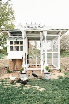 Looking for some chicken coop ideas? Check out this DIY Farmhouse Style Chicken Coop from a friend of mine, look how beautiful! Portable Chicken Coop, Backyard Chicken Coops, Chickens Backyard, Backyard Ideas, Chicken Coop Pallets, Small Chicken Coops, Diy Chicken Coop Plans, Landscaping Ideas, Walk In Chicken Coop