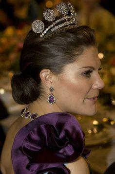 Kronprinsessan med extra stöd för örhänget | Mode | Expressen